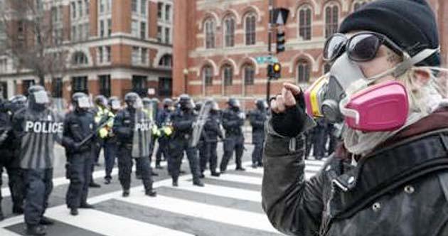 Manifestación en Estados Unidos, con personas anarquistas
