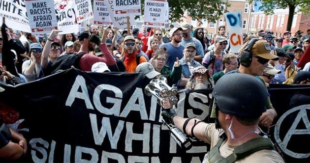Manifestación antifascista en charlottesville contra el supremacismo blanco